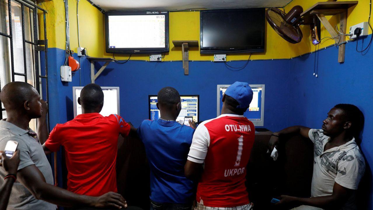 .Centro de apuestas de Lagos, Nigeria, durante la Copa del Mundo