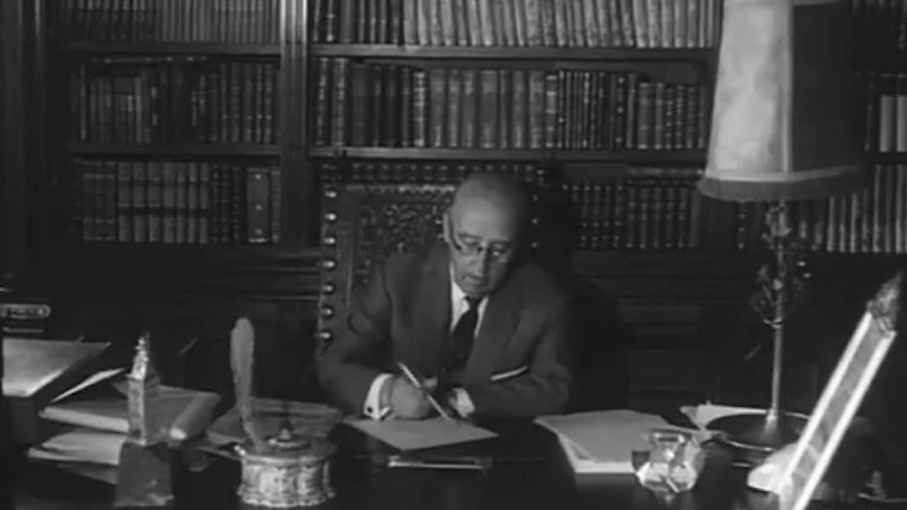 El dictador en su despacho, una de las tareas que se ven en el capítulo empleado en el vídeo promocional de la inmobiliaria Mikeli