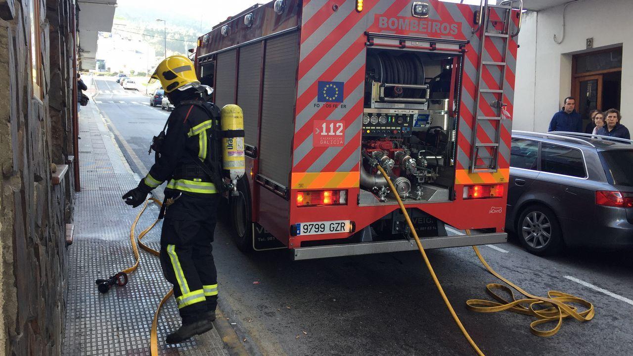 Incendio en pleno centro de Burela.Los servicios del 112 tienen actualmente su sede en A Estrada