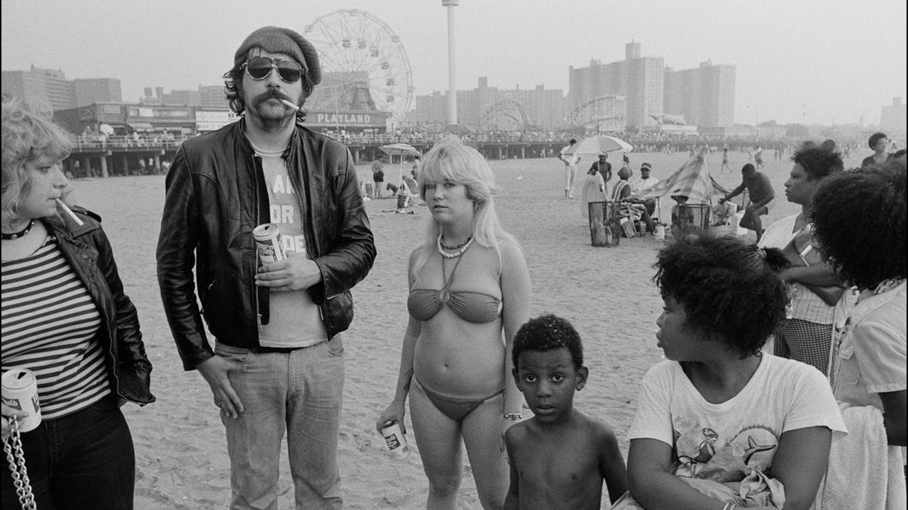 Lester Bangs, retratado en grupo en Coney Island en 1978 en la fotografía «Mutant Monster Beach Party»