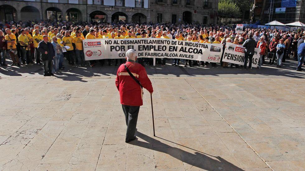 Centenares de personas se han concentrado hoy frente al Ayuntamiento de Avilés para pedir la continuidad de las plantas de Alcoa