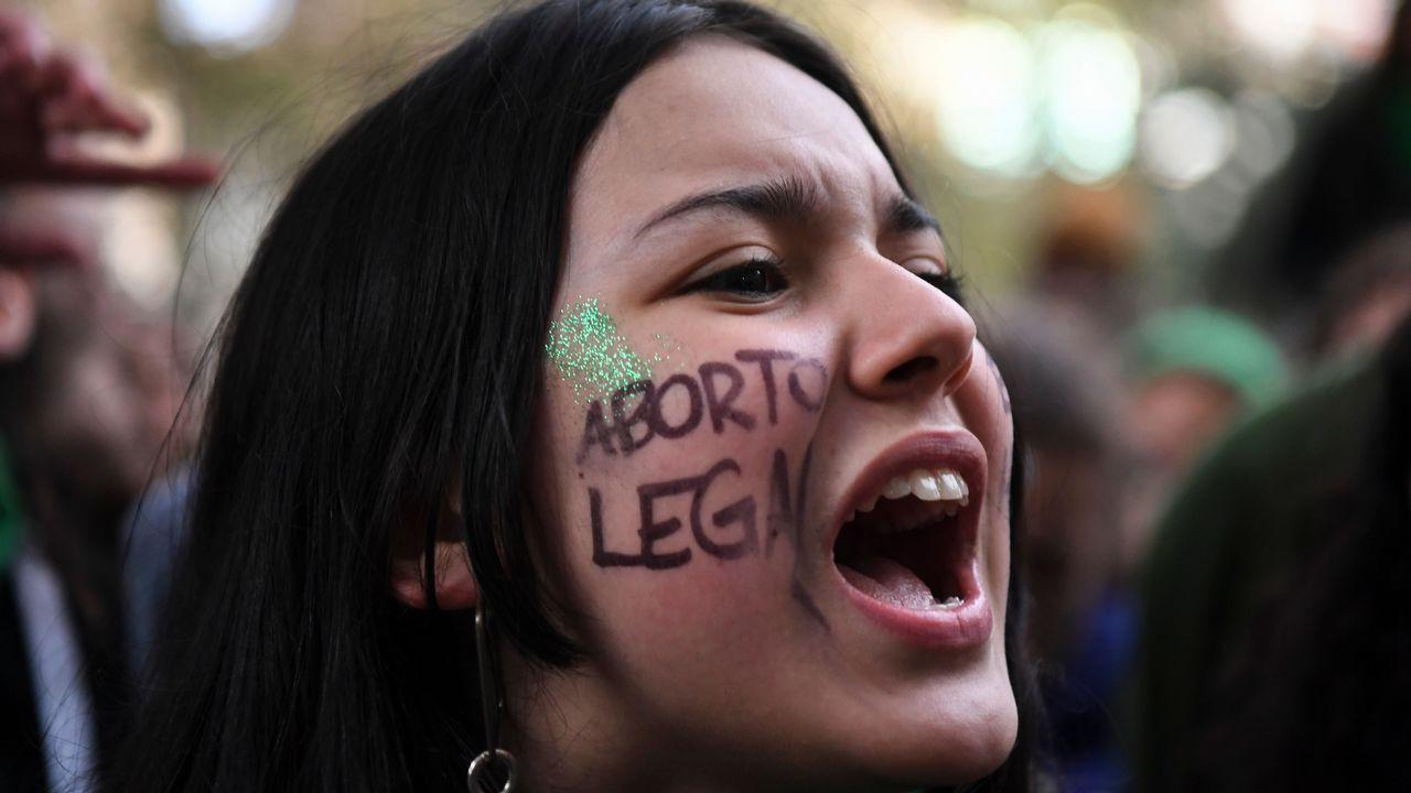 .Manifestantes proabortistas y contrarios a la legalización se manifestaron frente al Parlamento de Buenos Aires durante el debate del proyecto del ley