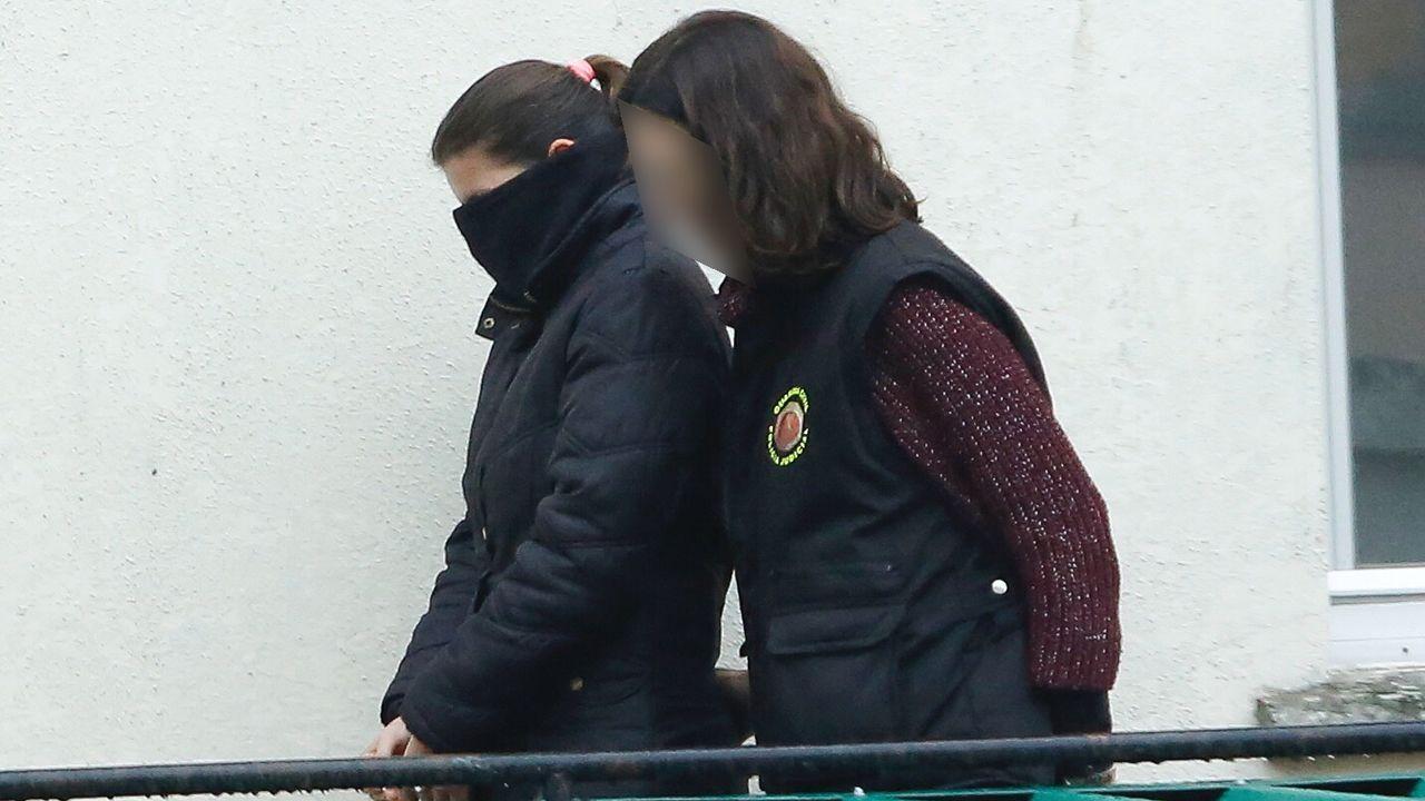 .La mujer del detenido saliendo del cuartel de la Guardia Civil en Padrón