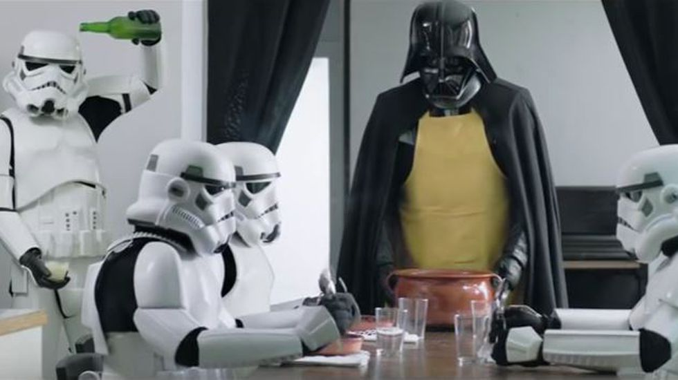 Darth Vader te enseña a cocinar una fabada.