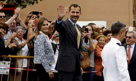 Los Reyes se dan un baño de multitudes en el Pueblo Ejemplar de Asturias.Un vecino de Boal, retirando una de las invitaciones para asistir a la comida con los reyes.