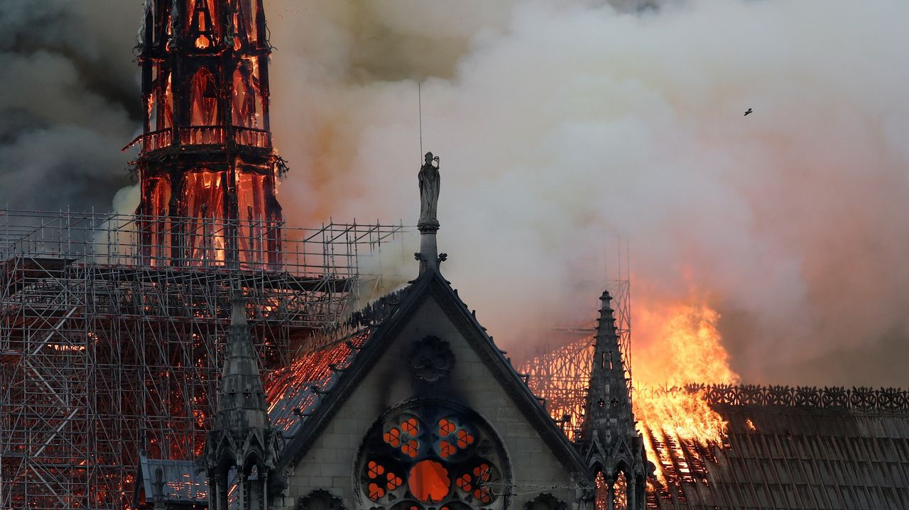 Unos bomberos dentro de la Catedral de Notre Dame