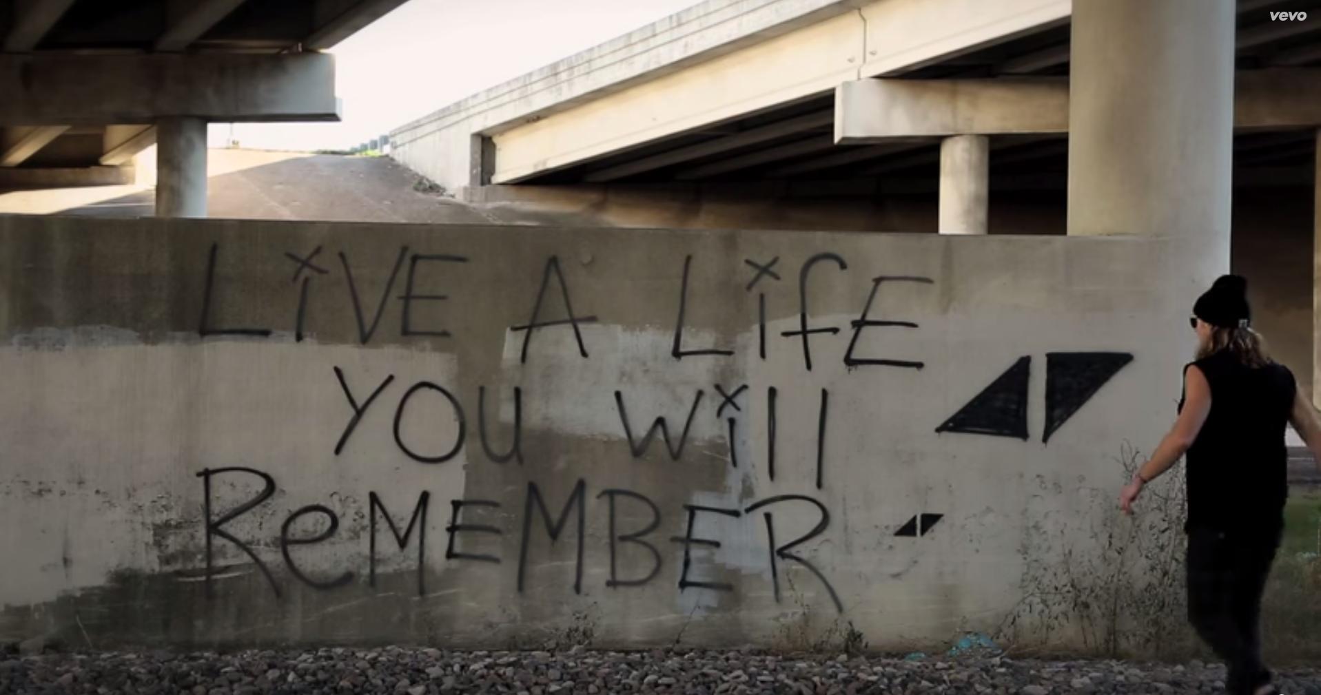«Vive una vida que recordarás», dice Avicii en su tema The Nights. Una frase que puede leerse sobre un muro en el videoclip y que tras su fallecimiento están popularizando sus fans en las redes sociales