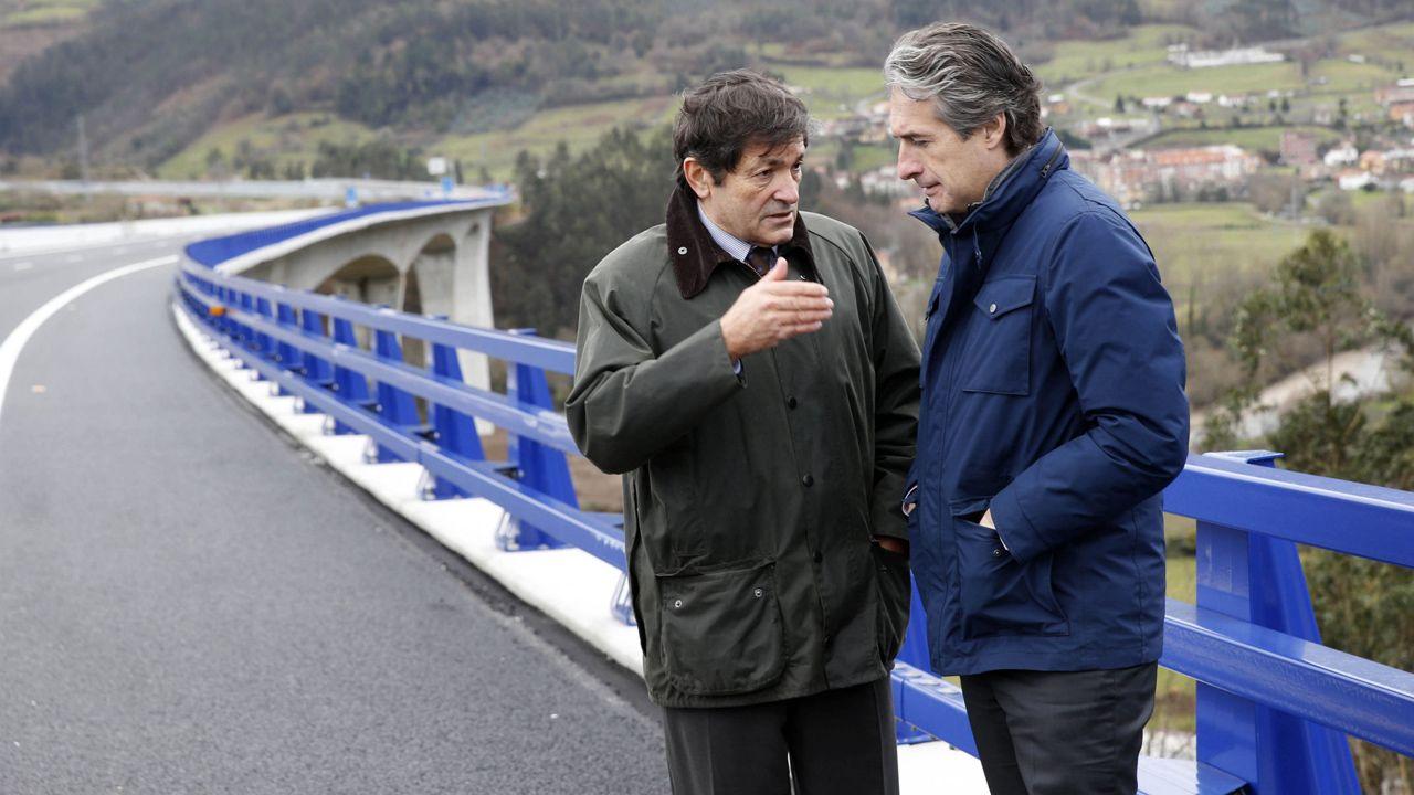 El presidente del Principado, Javier Fernández, y el ministro de Fomento, Íñigo de la Serna, conversan sobre el puente de Cornellana, en la autovía de La Espina.El presidente del Principado, Javier Fernández, y el ministro de Fomento, Íñigo de la Serna, conversan sobre el puente de Cornellana, en la autovía de La Espina