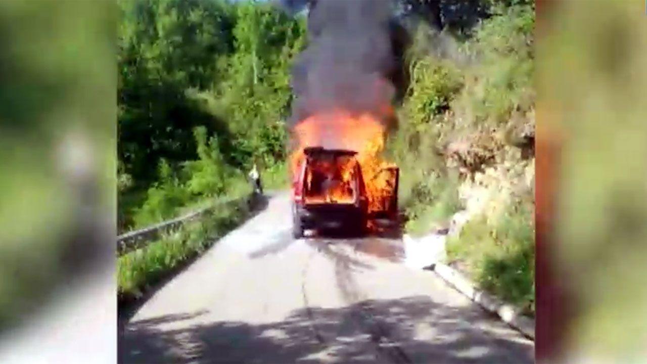 El coche en llamas, en Viago (Ponga)