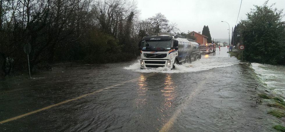 Las fuertes lluvias causaron problemas a los conductores de las carreteras comarcales.