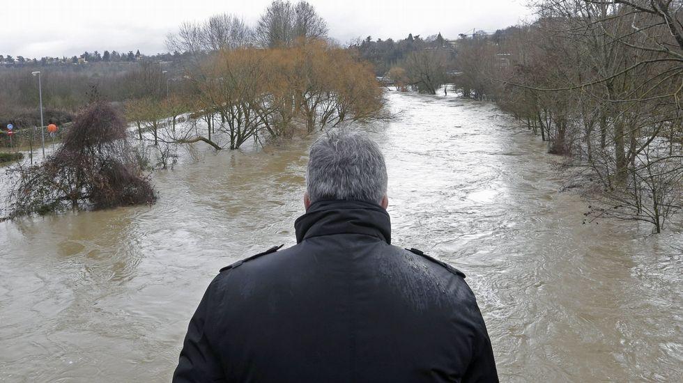 .El alcalde de Pamplona, Joseba Asirón, en el entorno del río Arga, donde fue encontrado el cadáver y que estos días ha sufrido inundaciones