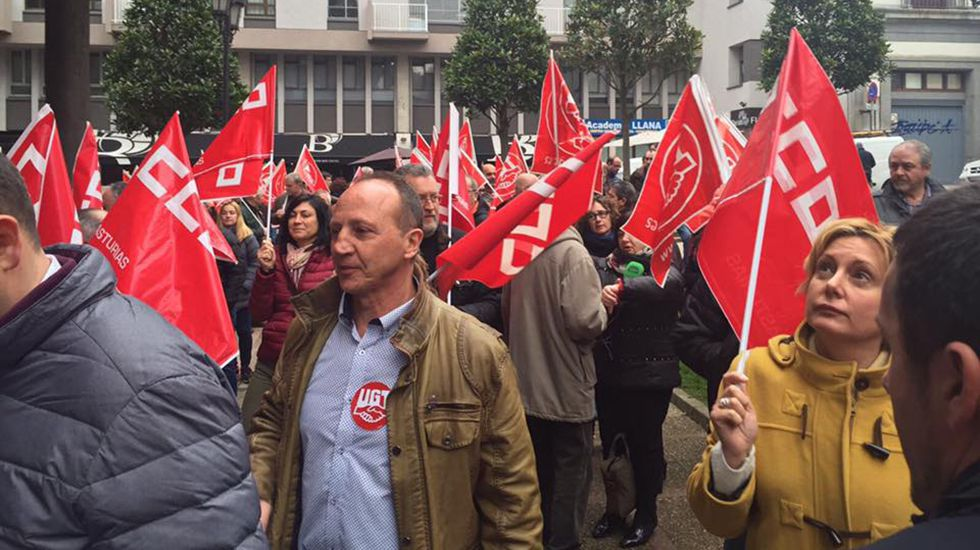 .Concentración de los sindicatos ante la sede de FADE