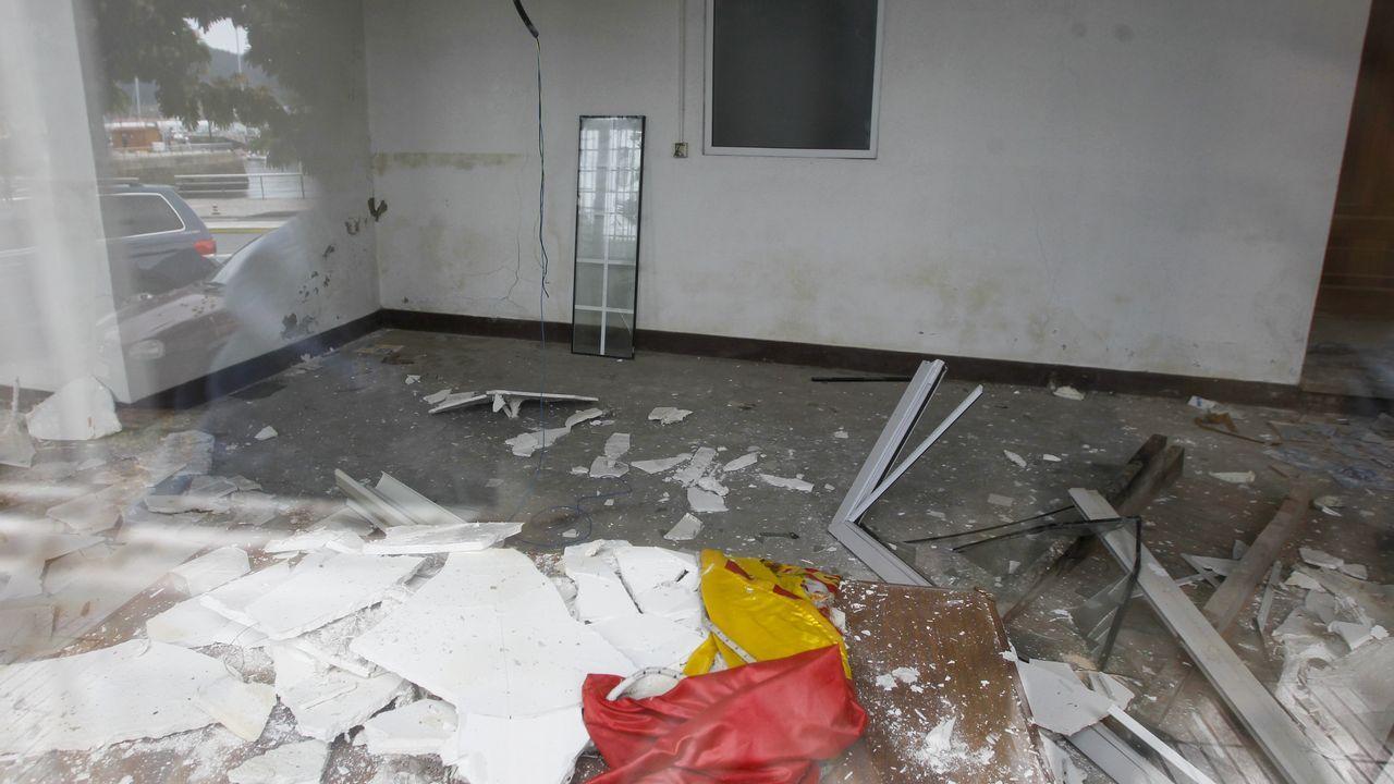 El interior del edificio también se encuentra deteriorado y prueba de ello es esta habitación, de la que se ha desprendido parte del techo