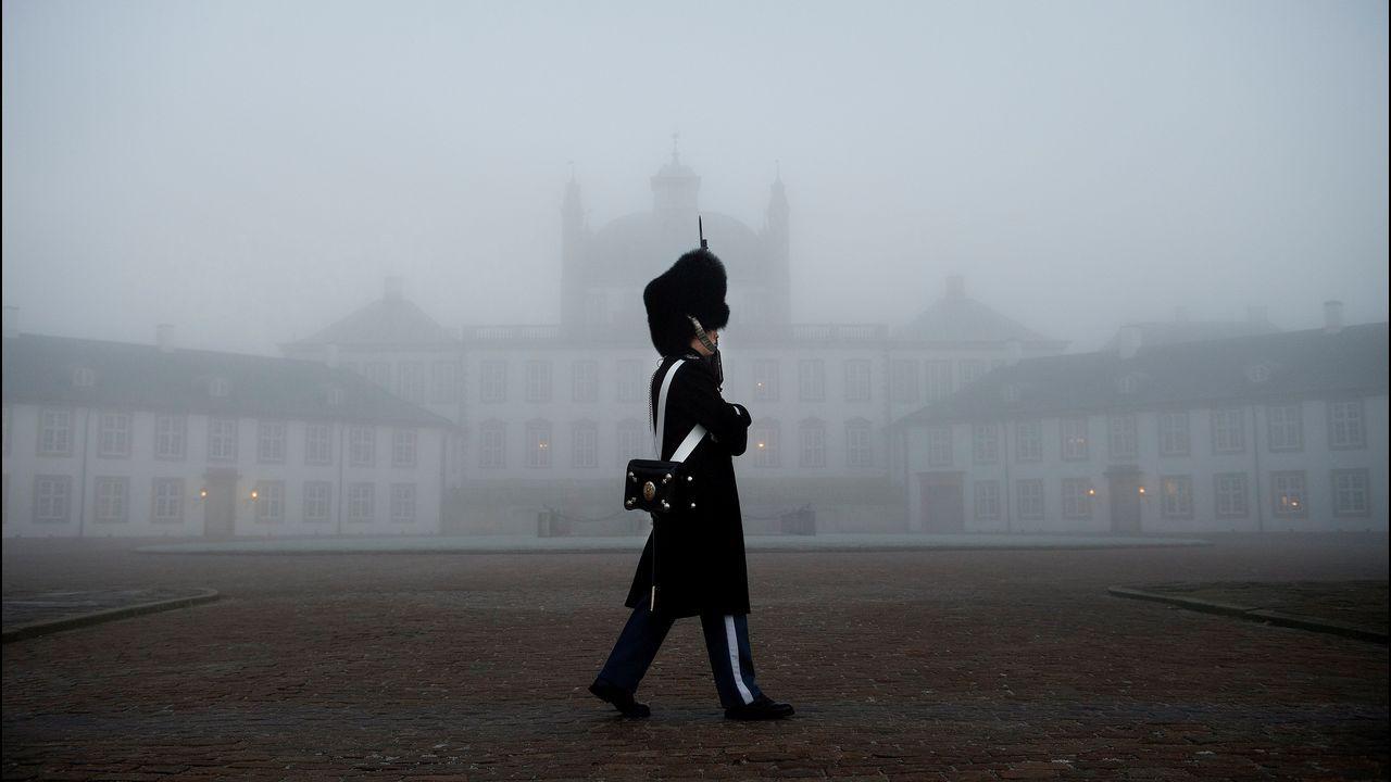 Varios guardias vigilan delante del castillo de Fredensborg (Dinamarca), donde este miércoles ha fallecido el príncipe Enrique de Dinamarca.