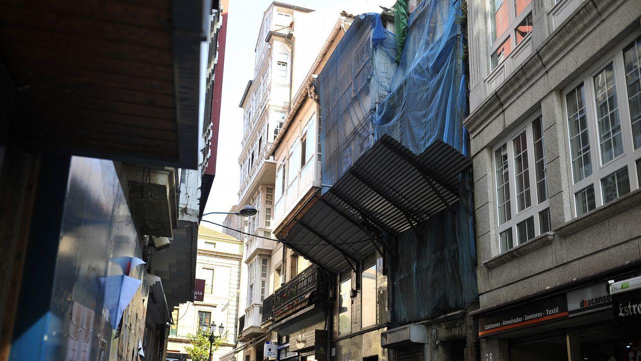 Calle San Nicolás. Los comerciantes protestan por el mal estado de varios edificios abandonados.