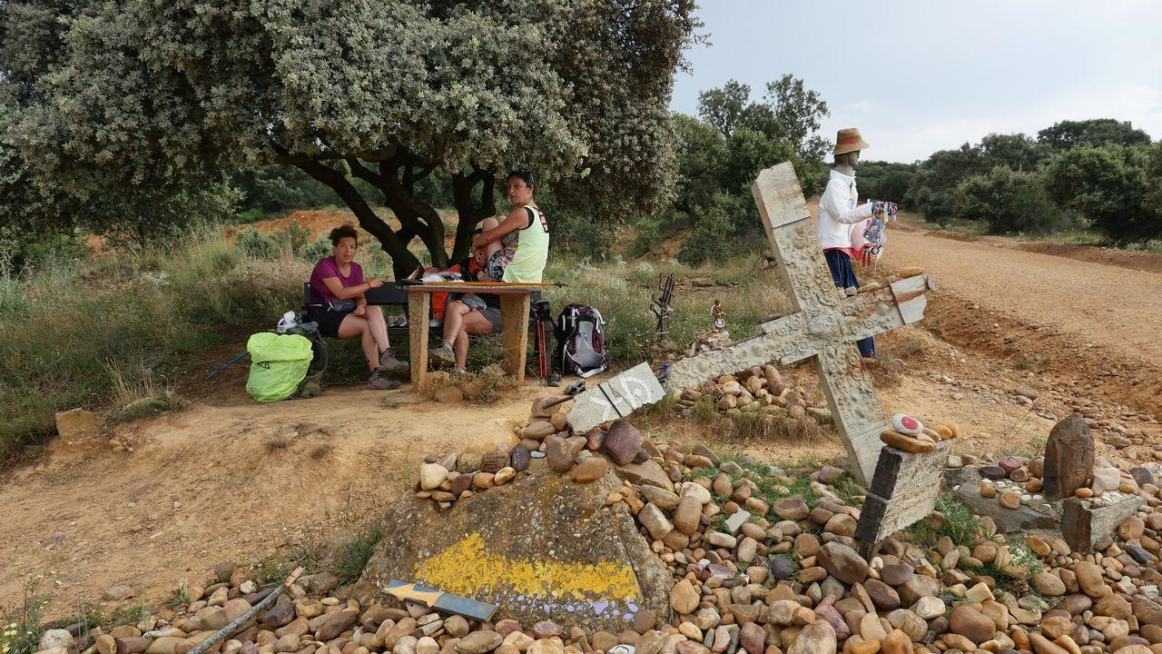 Peregrinas argentinas tomando mate en un altar improvisado