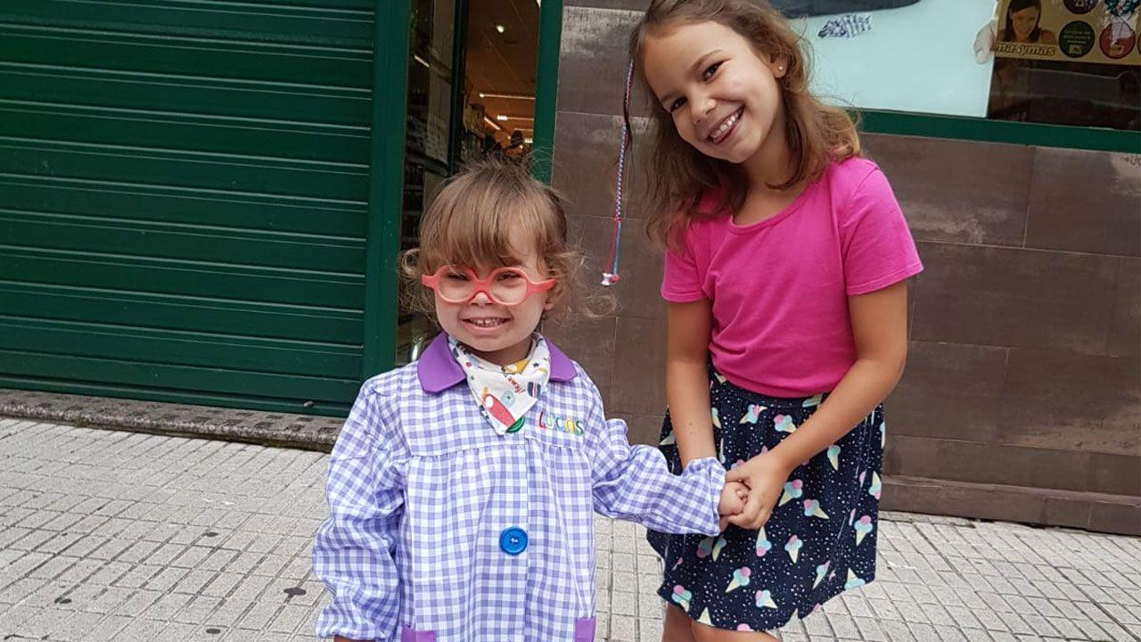 Lucas Parrondo Suárez y su hermana Elsa en el primer día de clase del pequeño, en La Calzada, Gijón