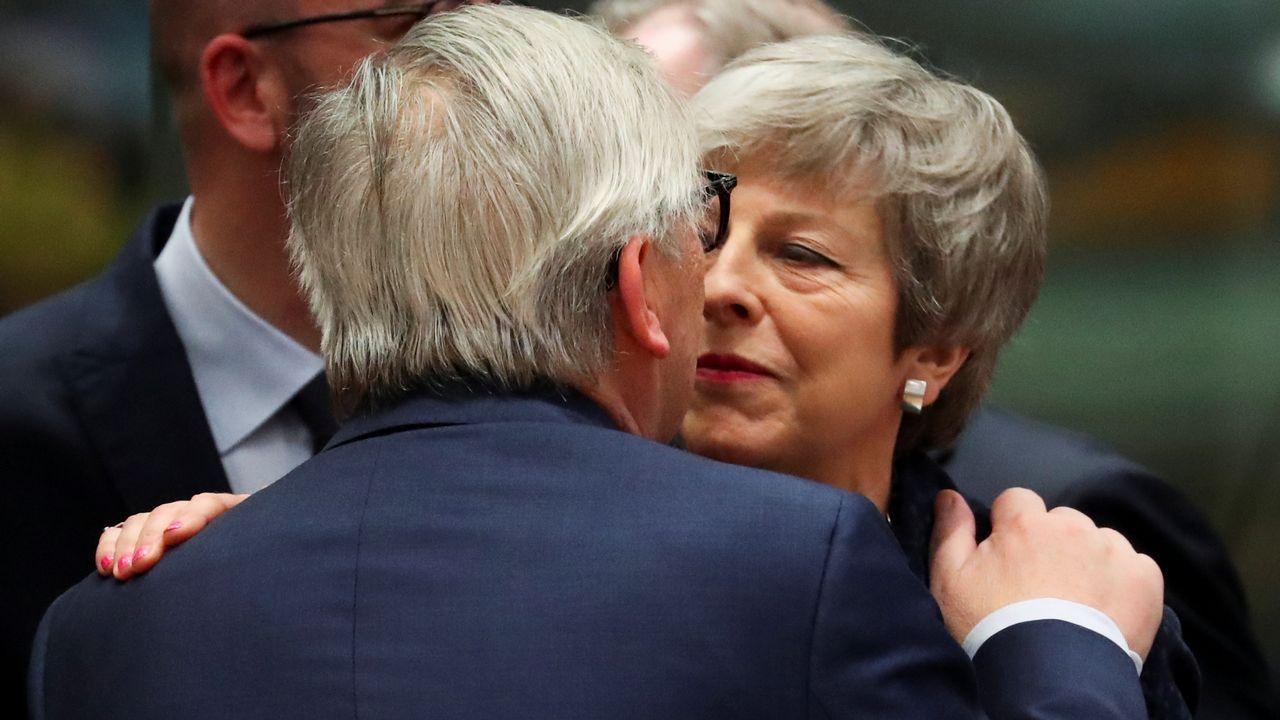 España mantendrá su huso horario actual y cambio de hora estacional.Juncker saluda a Theresa May a su llegada al primer día del Consejo Europeo en Bruselas