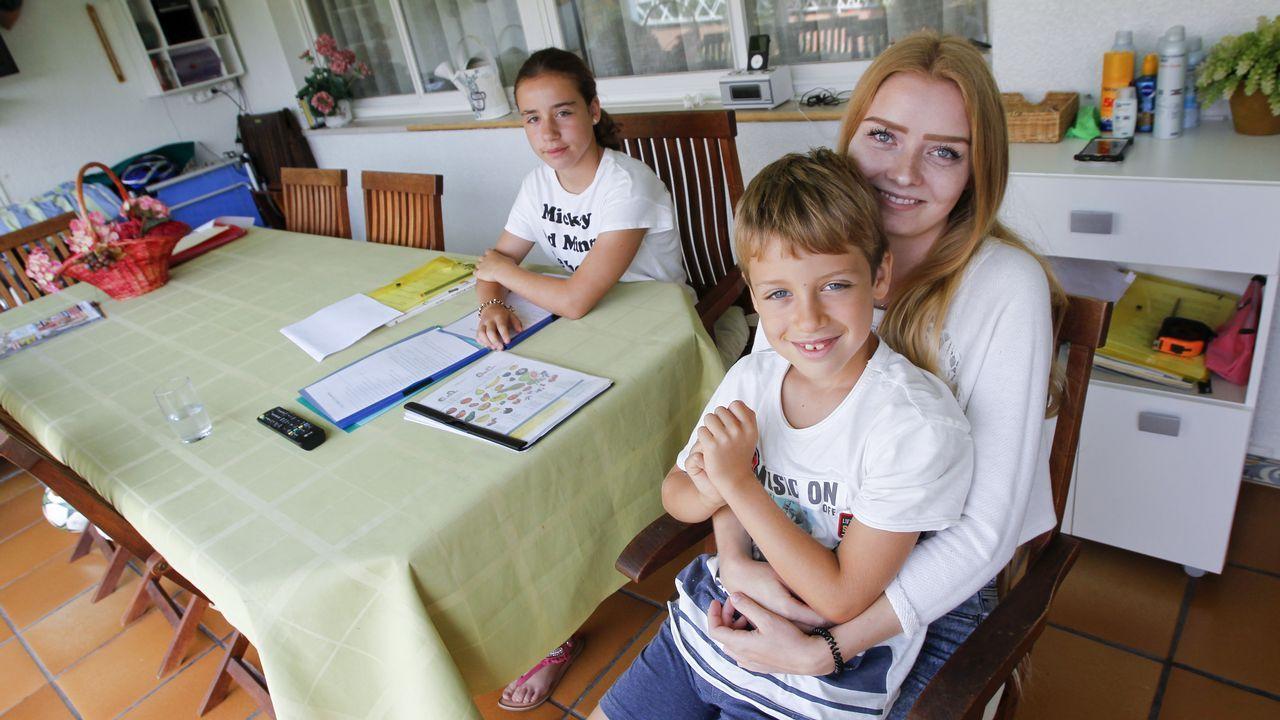 .La polaca Marta Stanek, con Lucía y Marcos, los niños a los que ha cuidado en Cabanas durante casi tres semanas