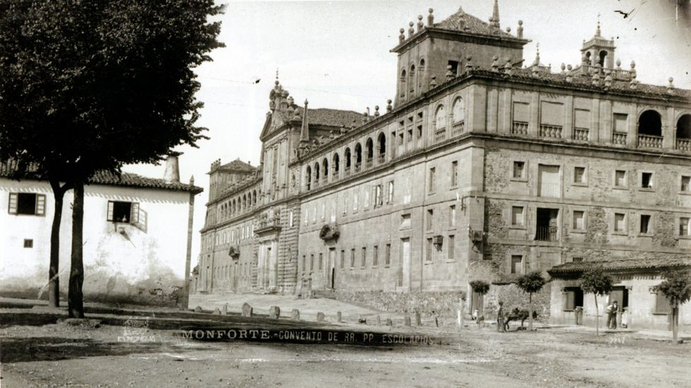 Una imagen de en torno a 1910 muestra (a la izquierda) un pequeño edificio que se levantó frente al colegio del Cardenal hasta finales de los años 60