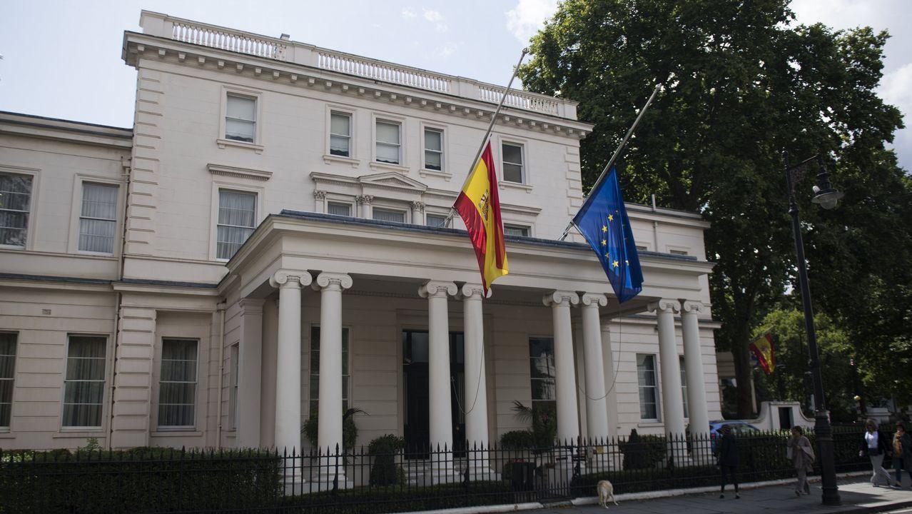 .Las banderas de España y la Unión Europea ondean a media asta en la Embajada española en Londres