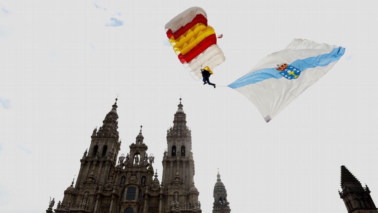Tres paracaidistas aterrizan en el Obradoiro