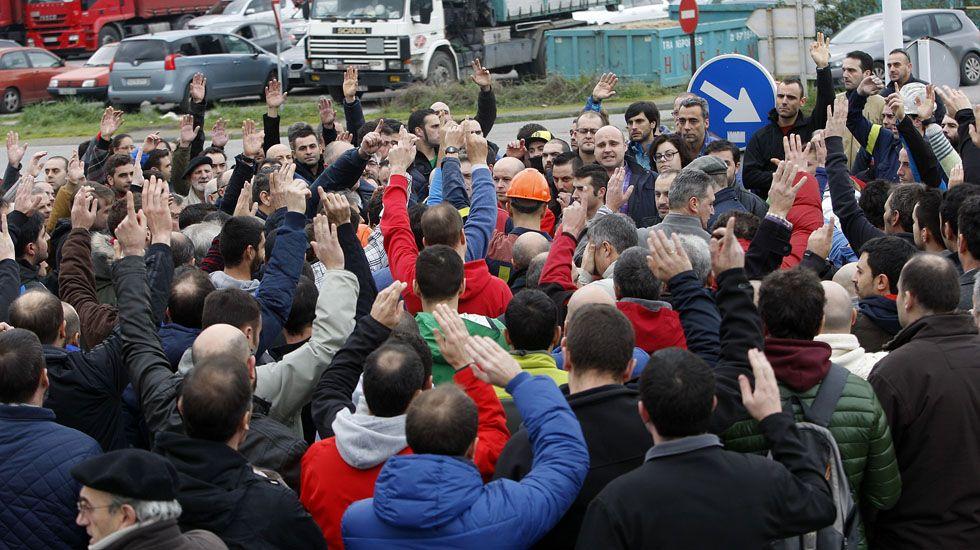 Asamblea de trabajadores de Alcoa, celebrada en el exterior de la fábrica de Avilés.Asamblea de trabajadores de Alcoa, celebrada en el exterior de la fábrica de Avilés