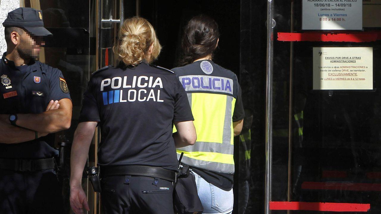 Agentes policiales en el ayuntamiento de Torrelodones