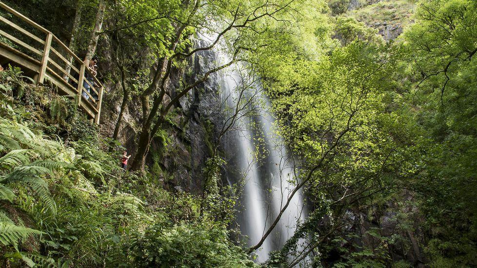 .El mirador de la cascada visto desde abajo
