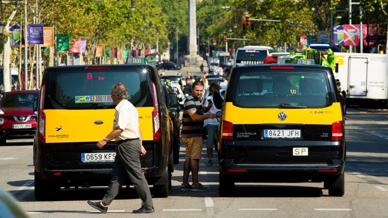 Los taxistas de Barcelona mantienen las concentraciones de protesta en el centro de la ciudad.