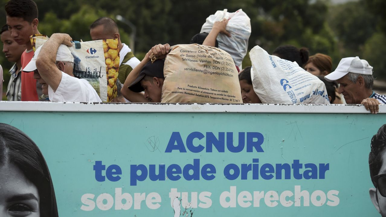 Venezolanos transportan víveres de primera necesidad comprados en suelo colombiano a través del puente Simon Bolívar