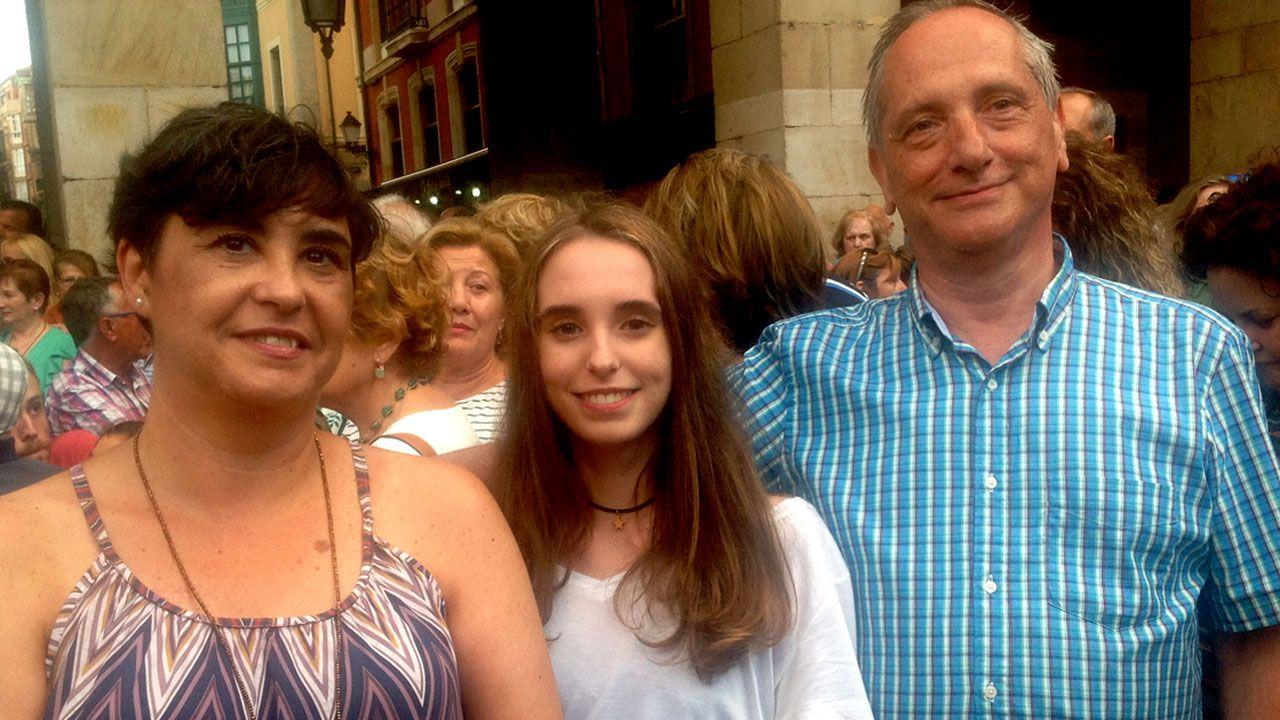 Javier Nuño, junto a su mujer, Montse, y su hija, Ana, en la Plaza Mayor de Gijón
