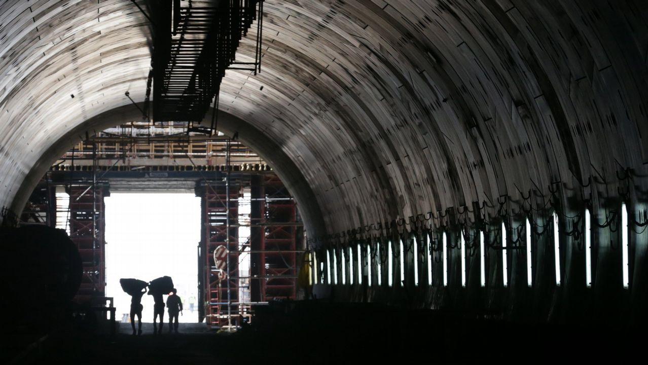 .Operarios trabajan en el interior de uno de los túneles que están siendo construidos bajo el canal de Suez a la altura de Ismailiya, a 120km de El Cairo, en Egipto