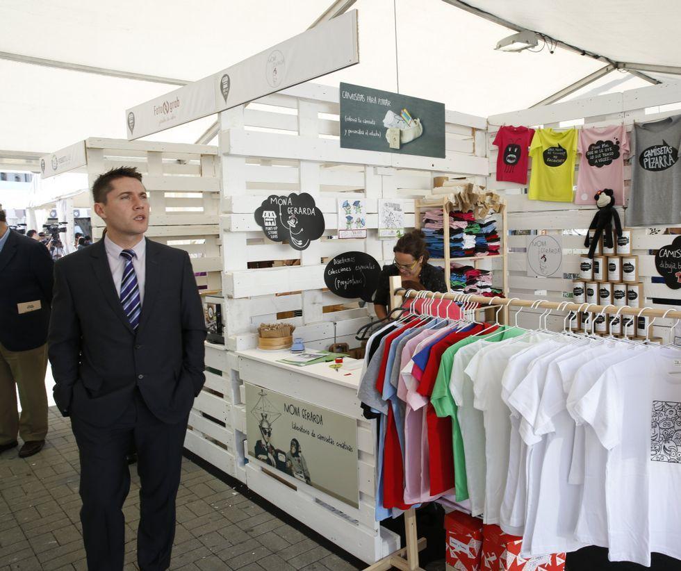 Más de 40 nuevas empresas presentan sus proyectos en el espacio Pont-Up Store instalado en la praza de España.