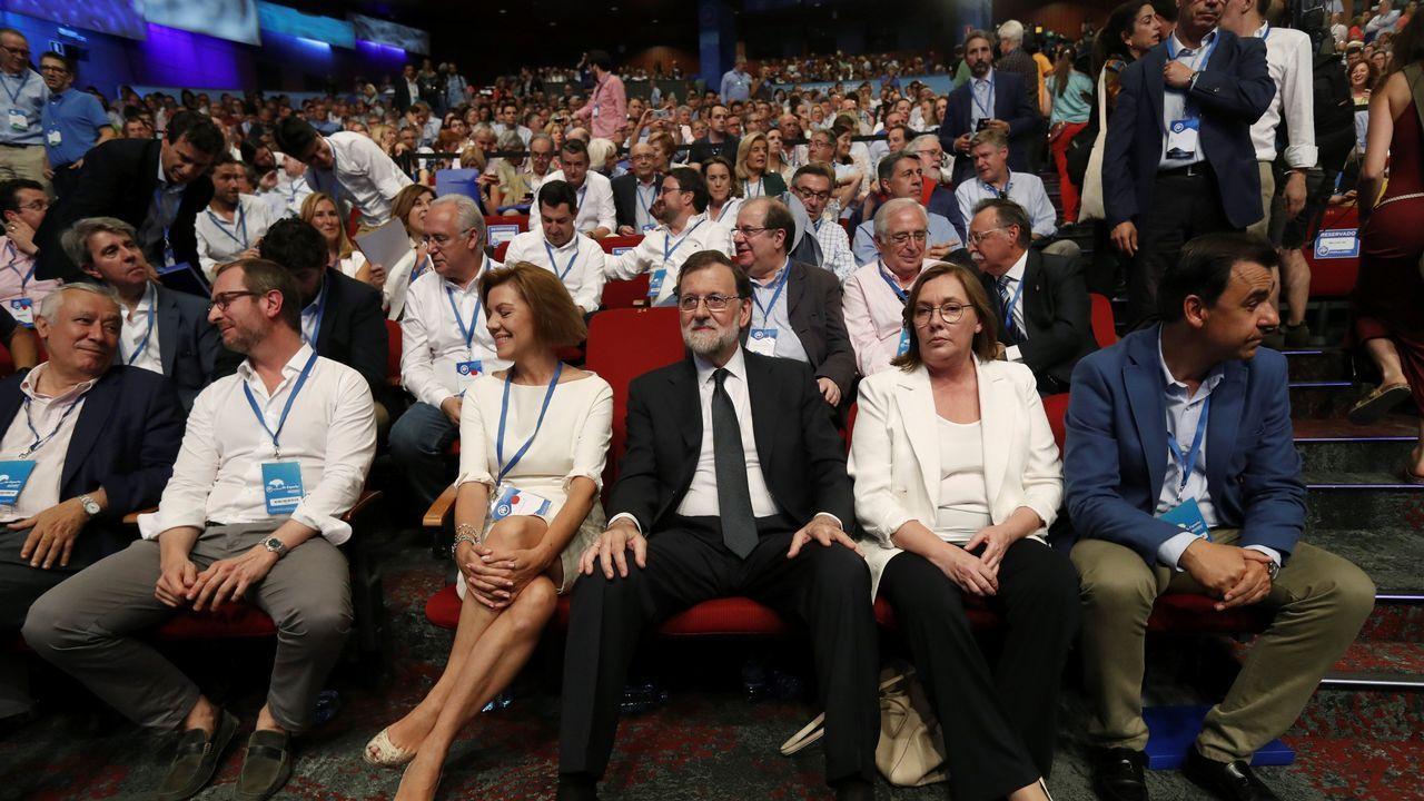 El expresidente del Gobierno abraza al exministro de Fomento, Íñigo de la Serna