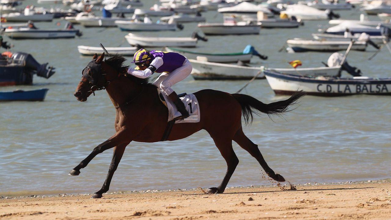 Un momento de una de las pruebas del primer ciclo de la 173ª edición de las carreras de caballos en las playas de Sanlúcar de Barrameda (Cádiz), que se desarrolla desde hoy hasta el viernes en esta localidad gaditana.