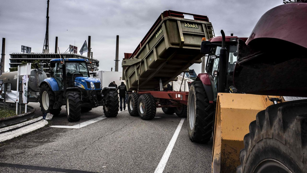 Granjeros franceses atascan una carretera durante una jornada de protesta