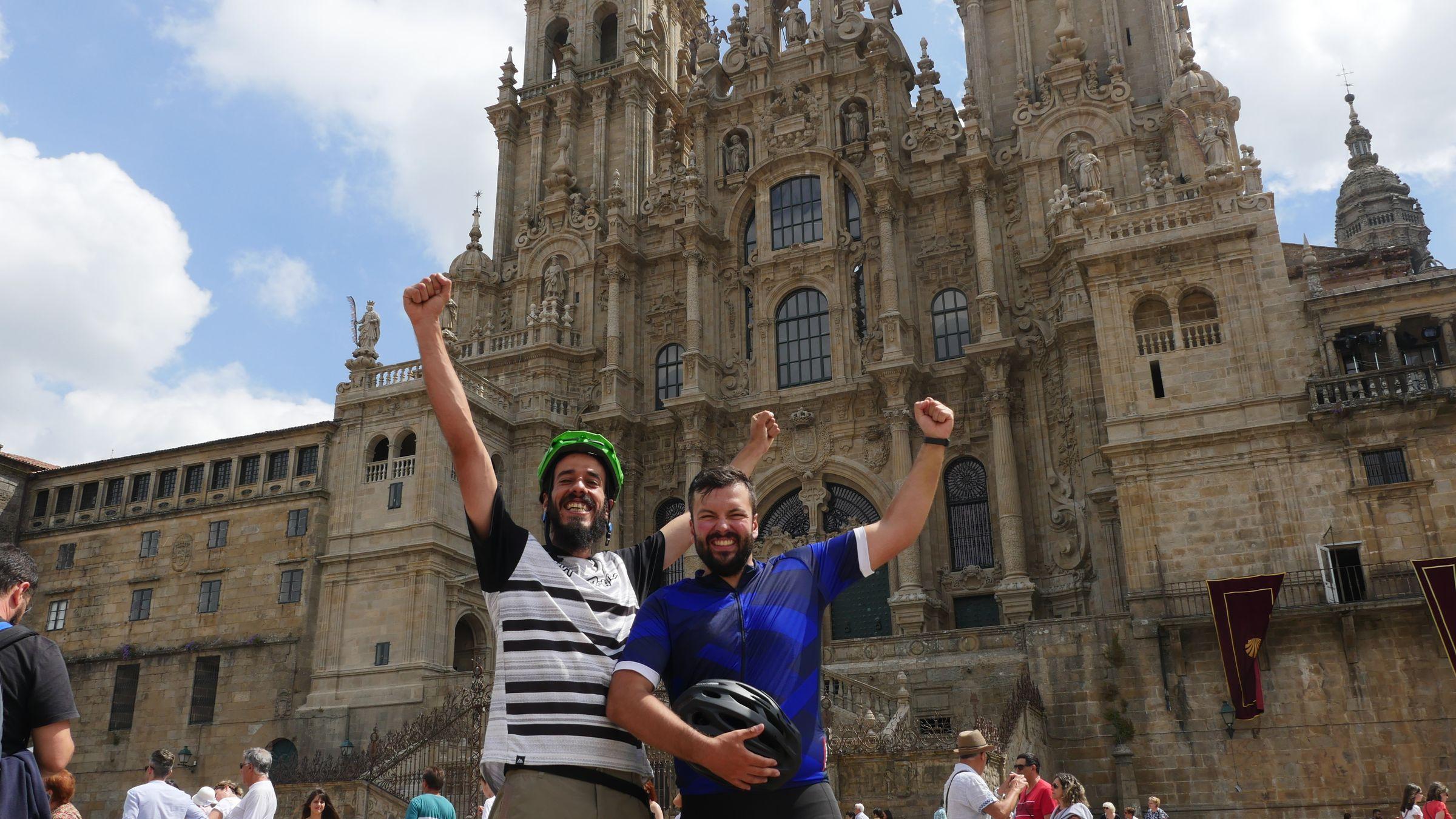 Iago García y Senén Rouco celebran su llegada al Obradoiro después de 17 etapas de Camino, en bici, desde Roncesvalles