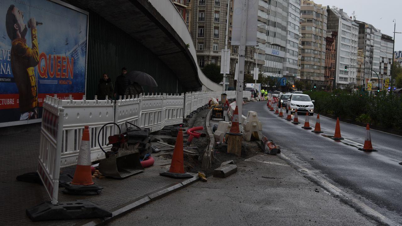 Encierro de los trabajadores de la zona azul de Vigo.Las obras de estrechamiento de acera en la avenida Primo de Rivera.