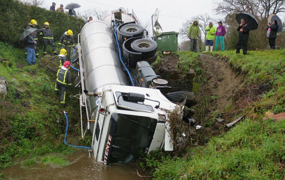 Las actuaciones que los alcaldes quieren ver realizadas en los próximos cuatro años.El camión cisterna se salió de la carretera de Susá a Bouzoá y cayó al arroyo que pasa por el pueblo de Sernande.