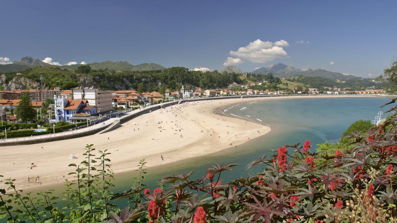 Un siglo con el mismo proceso, pero con distintos materiales.Playa de Santa Marina, RIbadesella
