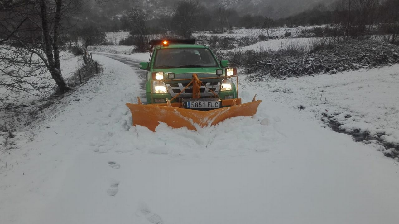 La nieve cae con fuerza en los alrededores de Lugo