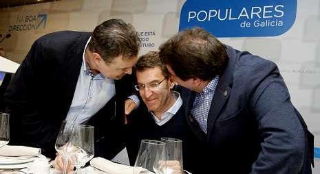Miguel Ferreiro y Carlos Negreira arropan al presidente, minutos antes de la cena de ayer.