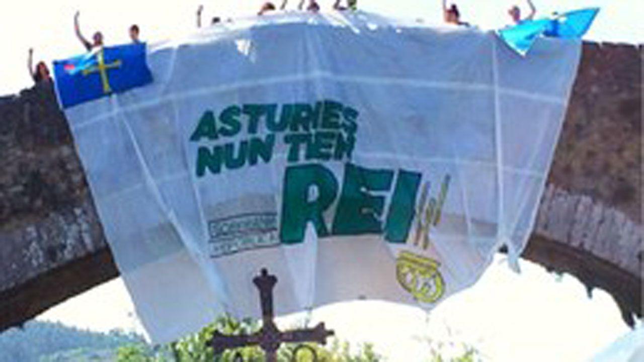 .Cuelgan una pancarta del puente romano de Cangas de Onís contra la visita de los reyes y la princesa de Asturias