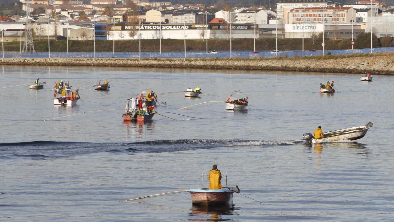 Ruta en lancha por la ría de Ferrol.Mariscadoras recogiendo ostra japonesa en la ría de O Barqueiro