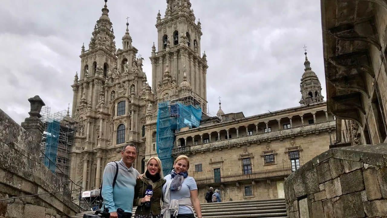 El equipo de rodaje, con la productora Cristina Carrodeaguas a la derecha, en Santiago de Compostela