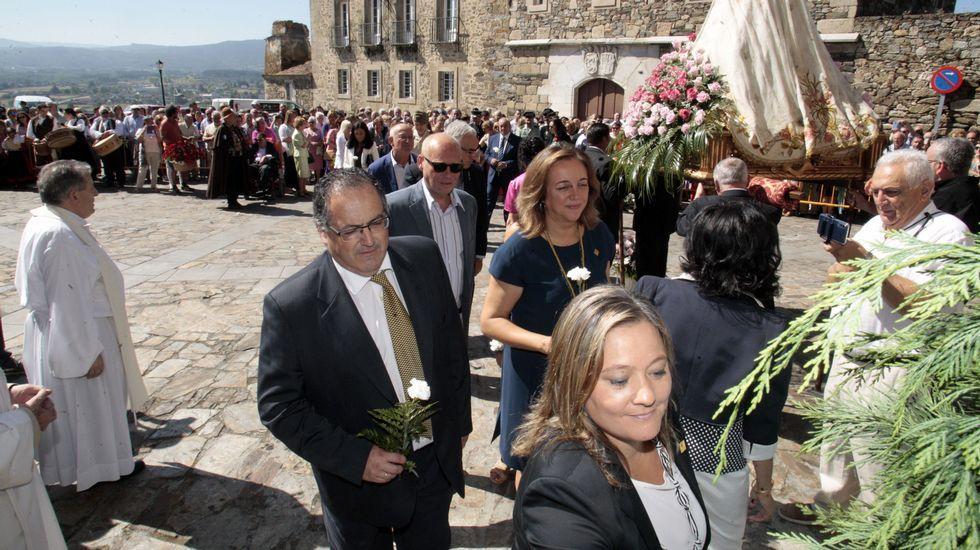 La procesión previa a la ofrenda floral, con la torre del castillo de San Vicente de fondo.En la ofrenda de flores a la virgen de Montserrat participaron concejales de todas las formaciones políticas, salvo el BNG