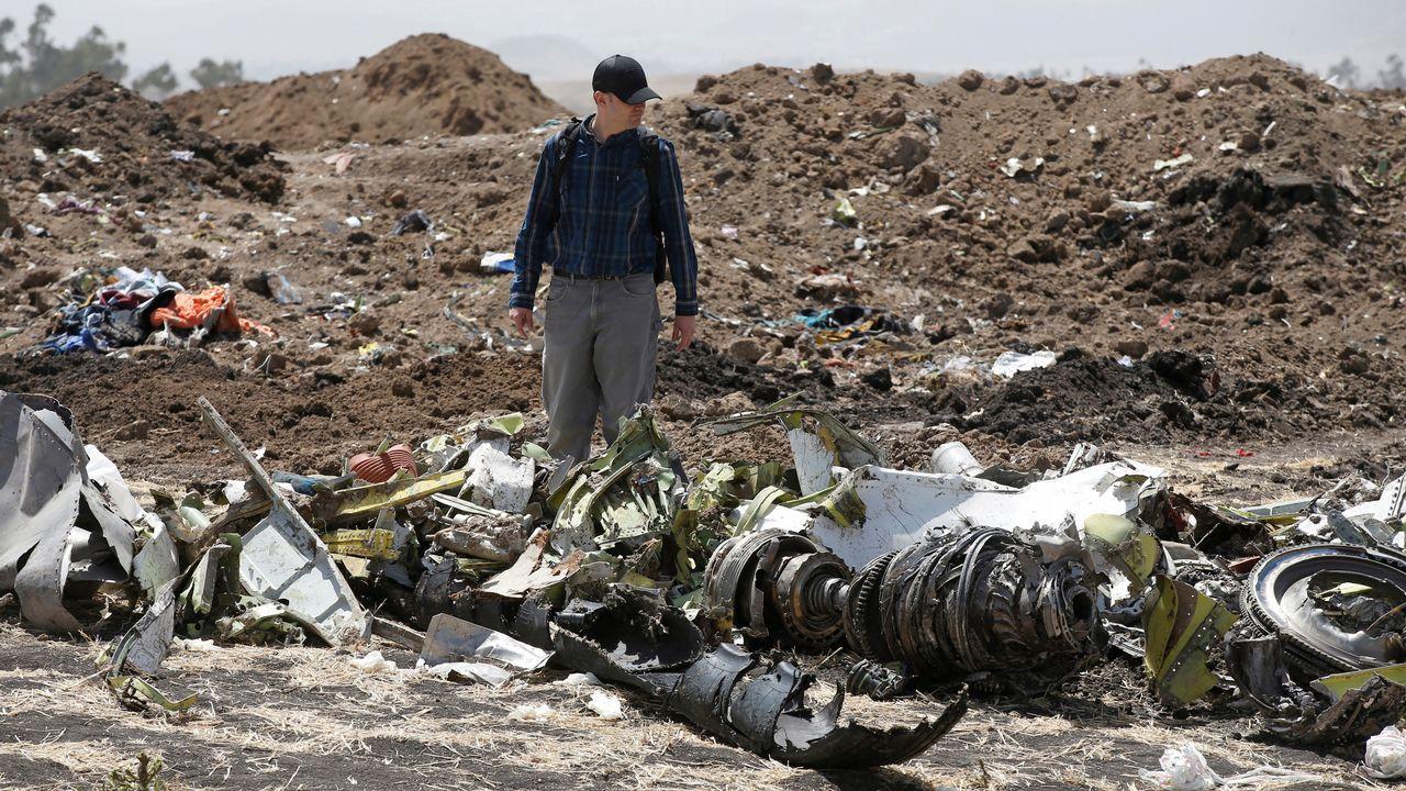 Uno de los investigadores aeronáuticos, entre los restos de la aeronave siniestrada en Etiopía
