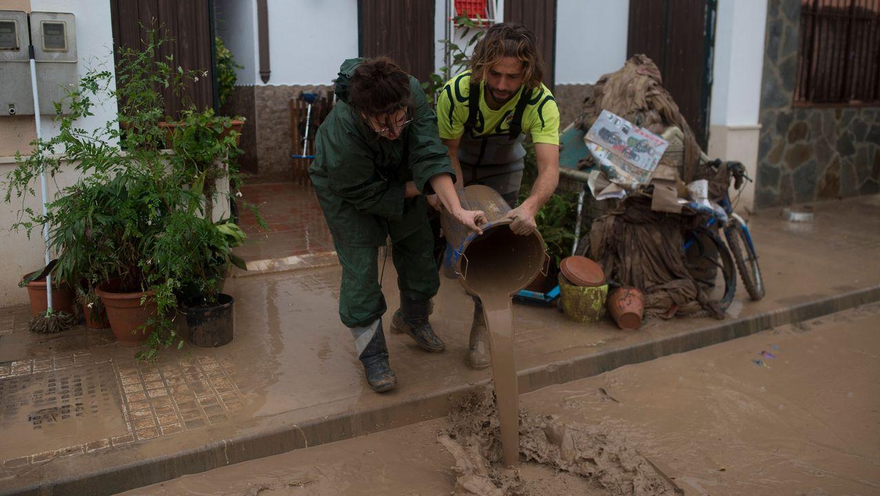 Málaga intenta recuperarse de las inundaciones.Rubén Amado. De 38 años, asegura tajante: «Estamos obrigados a loitar. Tódolos días que sexa necesario. Se hai vontade política isto pódese arranxar, senón, iremos todos para a casa. Isto é unha traxedia. Fáltannos ao respecto, Alcoa leva dende anos faltándonos ao respecto».