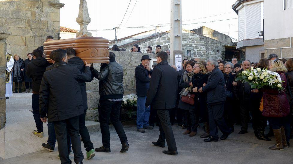 .Los padres de Nerea, Raúl Fernández y María Barrera, acompañan el féretro de su hija, en San Cibrao, en Oímbra.
